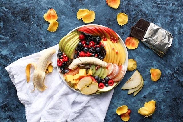 Bowl of fresh sliced fruit.
