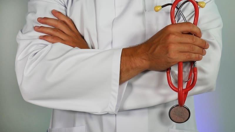 Médico en bata con un estetoscopio