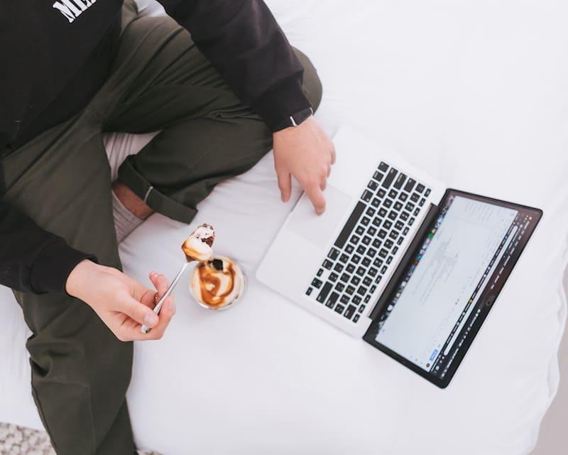Persona comiendo frente al ordenador