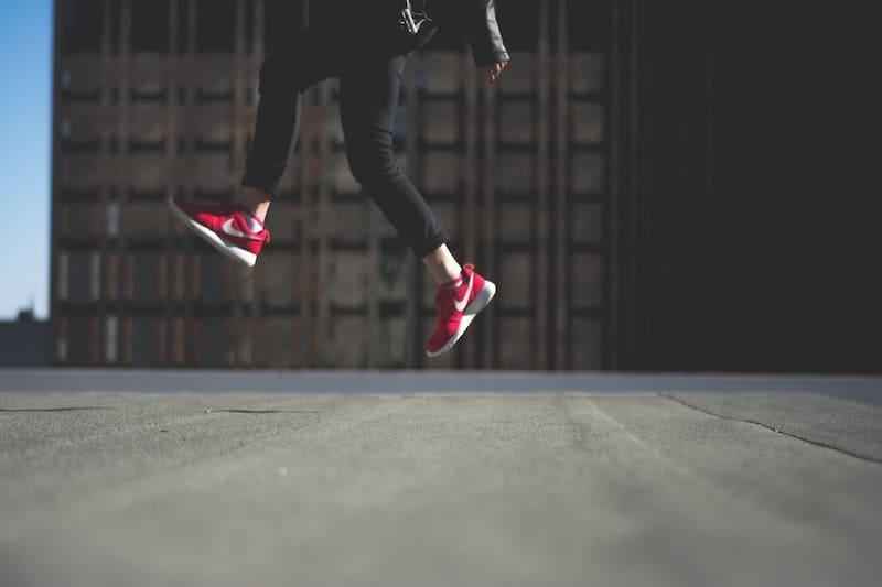 Persona saltando con zapatillas Nike