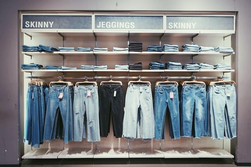 pantalones en una tienda