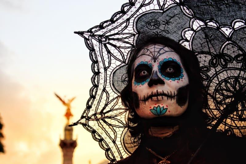 """mujer vestido de """"La muerte"""" mexicana"""