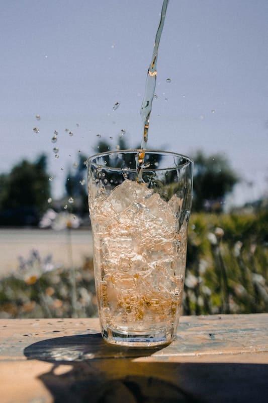 Bebida azucarada en un vaso