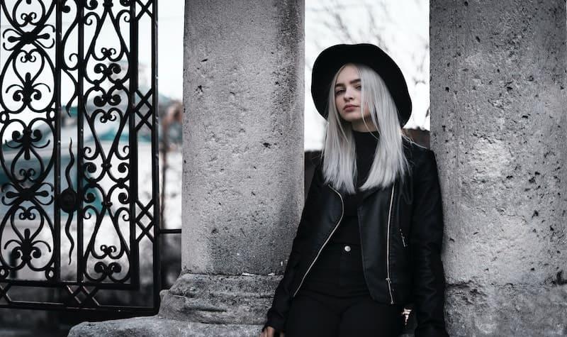 mujer con el pelo blanco