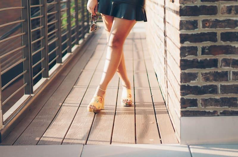 mujer llevando zapatos abiertos